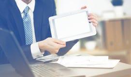Τα χέρια επιχειρησιακών ατόμων κρατούν τη συσκευή οθόνης αφής στοκ εικόνες