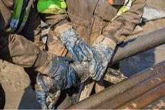 Τα χέρια εργαζομένων ελέγχουν ένα κομμάτι τρυπανιών πυρήνων διαμαντιών Στοκ εικόνες με δικαίωμα ελεύθερης χρήσης
