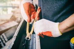 Τα χέρια εργαζομένων που χρησιμοποιούν τη πένσα δεσμεύουν το χαλύβδινο σύρμα rebar προτού να χυθεί το σκυρόδεμα πέρα από το στοκ φωτογραφίες με δικαίωμα ελεύθερης χρήσης