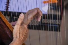 Τα χέρια ηλικιωμένων γυναικών ` s που παίζουν την άρπα - κινηματογράφηση σε πρώτο πλάνο και εκλεκτική εστίαση - μουσική στη στάση στοκ φωτογραφία με δικαίωμα ελεύθερης χρήσης