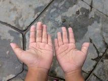 Τα χέρια θα πάρουν ζαρωμένα εάν παραμονή στο νερό παιχνιδιού για πάρα πολύ καιρό στοκ εικόνες