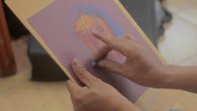 Τα χέρια καλλιτεχνών κάνουν μια θηλυκή πρότυπη ζωγραφική φιλμ μικρού μήκους