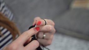 Τα χέρια κινηματογραφήσεων σε πρώτο πλάνο με το πλέξιμο των βελόνων, όμορφη έγκυος γυναίκα πλέκουν απόθεμα βίντεο