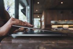 Τα χέρια κλείνουν ή ανοίγουν το lap-top στον ξύλινο πίνακα στην αρχή με το υπόβαθρο θαμπάδων bokeh Στοκ φωτογραφία με δικαίωμα ελεύθερης χρήσης