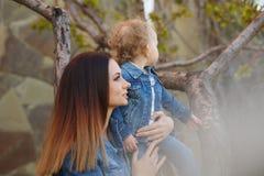 τα χέρια κορών κρατούν τη μητέ Στοκ εικόνα με δικαίωμα ελεύθερης χρήσης