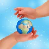 Τα χέρια κρατούν τη μικρή γη Στοκ φωτογραφίες με δικαίωμα ελεύθερης χρήσης