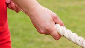Τα χέρια κρατούν το σχοινί φιλμ μικρού μήκους