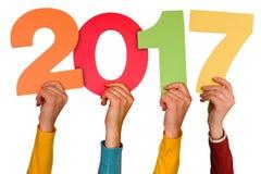 Τα χέρια με τους αριθμούς χρώματος παρουσιάζουν έτος 2017 Στοκ εικόνα με δικαίωμα ελεύθερης χρήσης