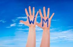 Τα χέρια με WM σημαίνουν το Παγκόσμιο Κύπελλο, μπλε ουρανός Στοκ εικόνα με δικαίωμα ελεύθερης χρήσης
