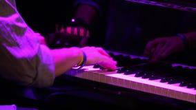 Τα χέρια παίζουν γρήγορα το πιάνο απόθεμα βίντεο