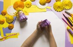 Τα χέρια παιδιών ` s κάνουν μια πριγκήπισσα του εγγράφου Πρακτικός για ένα κόμμα στοκ φωτογραφία με δικαίωμα ελεύθερης χρήσης