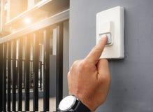 Τα χέρια πιέζουν το doorbell στοκ φωτογραφία με δικαίωμα ελεύθερης χρήσης
