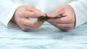 Τα χέρια που κάνουν την καφετιά μορφή origami, κλείνουν επάνω απόθεμα βίντεο