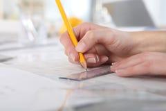 Τα χέρια που σύρουν με το μολύβι και τον κυβερνήτη, κλείνουν επάνω Στοκ εικόνες με δικαίωμα ελεύθερης χρήσης