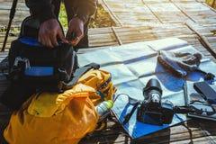 Τα χέρια προετοιμάζουν τη συσκευή Εξερευνήστε το χάρτη θέσης παίρνει τις φωτογραφίες στοκ φωτογραφία με δικαίωμα ελεύθερης χρήσης
