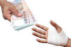 Τα χέρια πληρώνουν τα χρήματα για σίγουρος, ασφαλιστική έννοια στοκ εικόνες