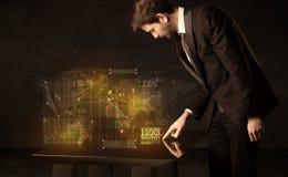 Τα χέρια πλοηγούν στον έξυπνο πίνακα υψηλής τεχνολογίας με τα επιχειρησιακά εικονίδια Στοκ Εικόνες