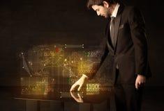 Τα χέρια πλοηγούν στον έξυπνο πίνακα υψηλής τεχνολογίας με τα επιχειρησιακά εικονίδια Στοκ Φωτογραφία