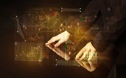 Τα χέρια πλοηγούν στον έξυπνο πίνακα υψηλής τεχνολογίας με τα επιχειρησιακά εικονίδια Στοκ φωτογραφίες με δικαίωμα ελεύθερης χρήσης