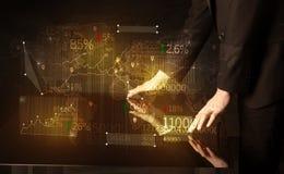 Τα χέρια πλοηγούν στον έξυπνο πίνακα υψηλής τεχνολογίας με τα επιχειρησιακά εικονίδια Στοκ εικόνα με δικαίωμα ελεύθερης χρήσης