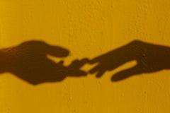 τα χέρια σκιαγραφούν δύο Στοκ φωτογραφία με δικαίωμα ελεύθερης χρήσης