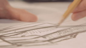 Τα χέρια σύρουν με ένα μολύβι Ο σχεδιαστής επισύρει την προσοχή μια γραμμή σε χαρτί Κινηματογράφηση σε πρώτο πλάνο απόθεμα βίντεο