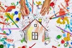 Τα χέρια σύρουν το σπίτι Στοκ φωτογραφία με δικαίωμα ελεύθερης χρήσης