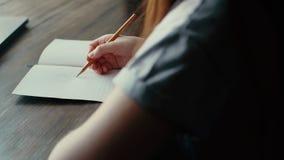 Τα χέρια της γυναίκας επισύρουν την προσοχή με ένα μολύβι στενό σε επάνω εγγράφου απόθεμα βίντεο