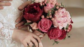 Τα χέρια της νύφης και του νεόνυμφου κλείνουν επάνω απόθεμα βίντεο