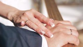 Τα χέρια της νύφης και του νεόνυμφου κλείνουν επάνω φιλμ μικρού μήκους