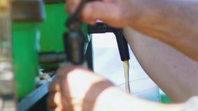 Τα χέρια του ατόμου χύνουν την μπύρα τεχνών από τη βρύση υπαίθρια απόθεμα βίντεο
