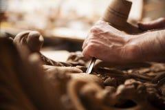 Τα χέρια του βιοτέχνη χαράζουν με σκάβουν Στοκ φωτογραφία με δικαίωμα ελεύθερης χρήσης