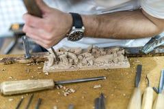 Τα χέρια του βιοτέχνη χαράζουν με σκάβουν Στοκ φωτογραφίες με δικαίωμα ελεύθερης χρήσης