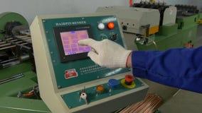 Τα χέρια του εργαζομένου ελέγχουν το δείκτη τάσης επαφών στην ηλεκτρονική στο εργοστάσιο απόθεμα βίντεο