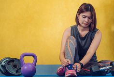 Τα χέρια του κορδονιού και των πάνινων παπουτσιών ενός κοριτσιού στη γυμναστική είναι έτοιμα στοκ φωτογραφία με δικαίωμα ελεύθερης χρήσης