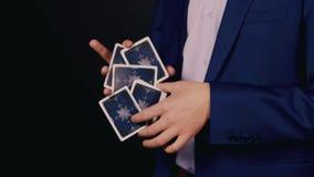Τα χέρια του μάγου παρουσιάζουν ένα τέχνασμα με τις κάρτες παιχνιδιού φιλμ μικρού μήκους