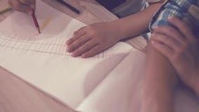 Τα χέρια του παιδιού σύρουν το σιδηρόδρομο με το σηματοφόρο απόθεμα βίντεο