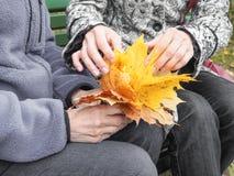 Τα χέρια του συνταξιούχου Χέρια βοηθείας, προσοχή για την ηλικιωμένη έννοια στοκ φωτογραφίες