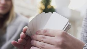 Τα χέρια των ατόμων μεταθέτουν ένα πακέτο των κενών φύλλων απόθεμα βίντεο