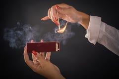 Τα χέρια των γυναικών αναφλέγουν τις μεγάλες αντιστοιχίες για ένα tompus cigare ή ένα firepla στοκ εικόνες