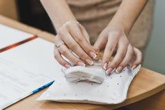 Τα χέρια των γυναικών είναι τοποθετημένη διακόσμηση Στοκ Εικόνες