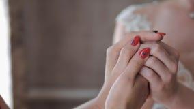 Τα χέρια των νέων γυναικών που αγκαλιάζουν η μια την άλλη απόθεμα βίντεο