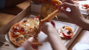 Τα χέρια των πολυφυλετικών ανθρώπων αρπάζουν τις ιταλικές φέτες πιτσών από το κιβώτιο απόθεμα βίντεο