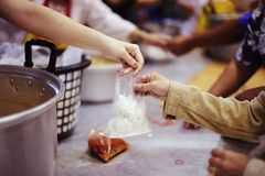 Τα χέρια των προσφύγων έχουν βοηθηθεί από τα τρόφιμα φιλανθρωπίας για να ανακουφίσουν την πείνα: η έννοια του ανθρωπισμού στοκ εικόνες