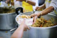 Τα χέρια των φτωχών περιμένουν τις δωρεές τροφίμων να ανακουφίσουν την πείνα: έννοια της σίτισης στοκ φωτογραφία με δικαίωμα ελεύθερης χρήσης