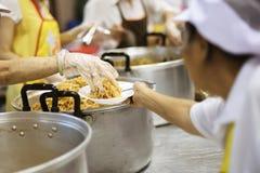Τα χέρια των φτωχών περιμένουν τις δωρεές τροφίμων να ανακουφίσουν την πείνα: έννοια της σίτισης στοκ εικόνες