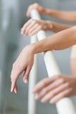 Τα χέρια δύο κλασικών χορευτών μπαλέτου στην μπάρα Στοκ Εικόνα