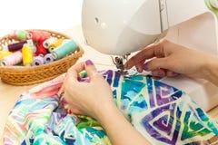 Τα χέρια seamstress ράβουν στη ράβοντας μηχανή Στοκ Εικόνες