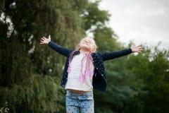 Τα χαμόγελα κοριτσιών παιδιών, αισθάνονται ευτυχή, χαρά και ευχαρίστηση στοκ φωτογραφία με δικαίωμα ελεύθερης χρήσης
