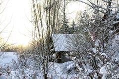Τα χαρακτηριστικά ρωσικά εγκατέλειψαν το χιονισμένο χωριό στη χειμερινή ημέρα Στοκ Εικόνα